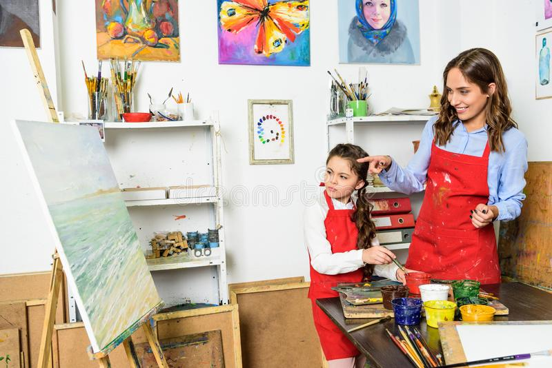 professeur se dirigeant sur la toile d'élève dans l'atelier de photos stock