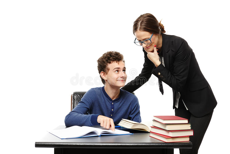 Professeur se tenant à côté du bureau et de l'étudiant POI de l'étudiant image libre de droits