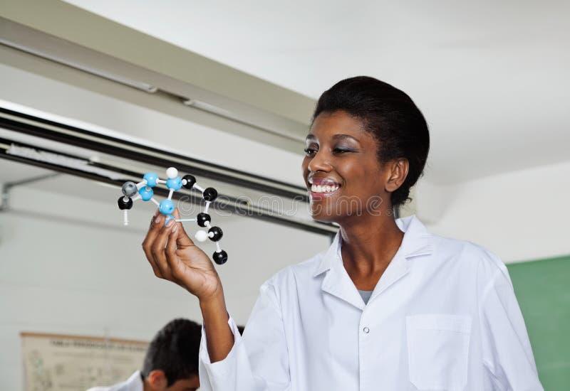 Professeur Smiling While Looking à moléculaire photographie stock libre de droits