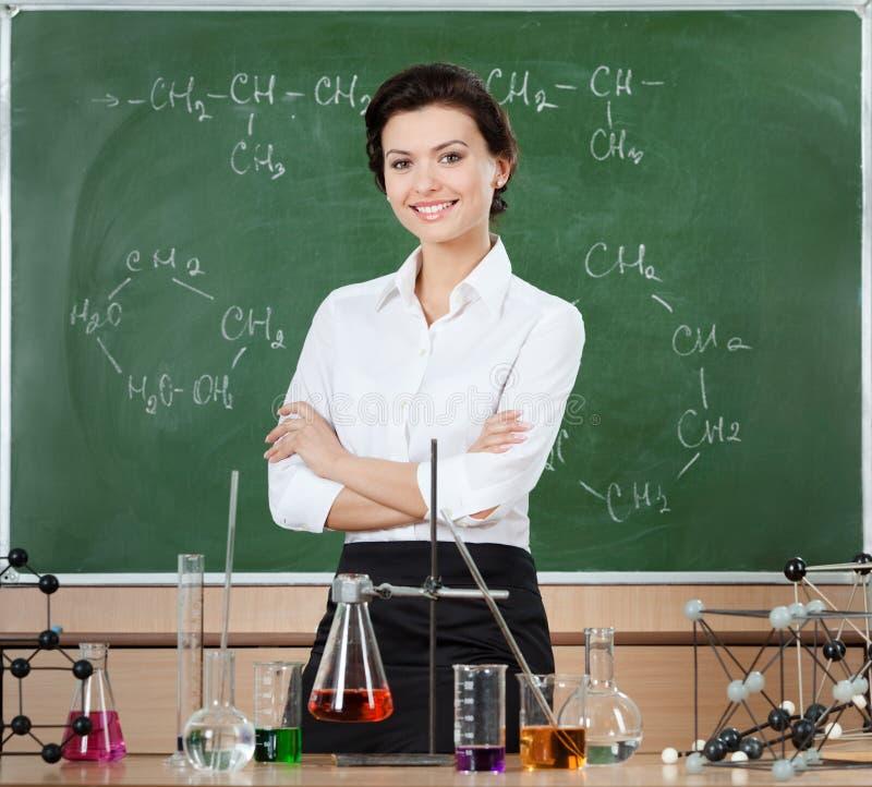 Professeur souriant de chimie photos stock