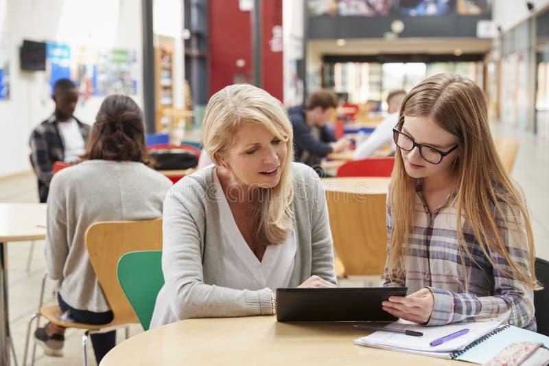 Professeur Talks To Student dans le secteur communal du campus d'université photos stock