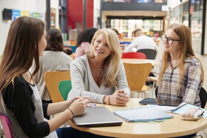Professeur Talks To Students dans le secteur communal du campus d'université image libre de droits