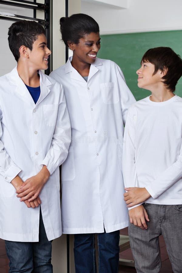 Professeur And Teenage Boys se tenant ensemble photo libre de droits