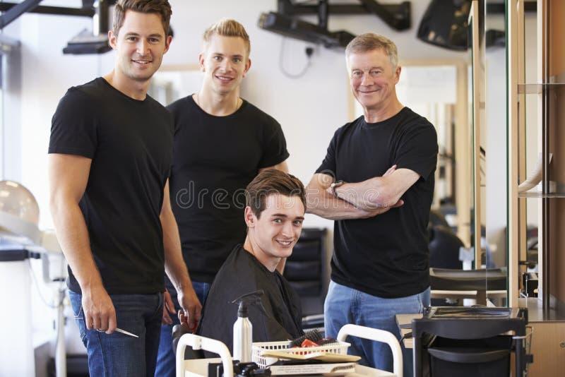 Professeur Training Mature Students dans la coiffure photos stock