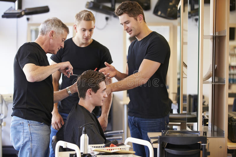 Professeur Training Mature Students dans la coiffure images stock