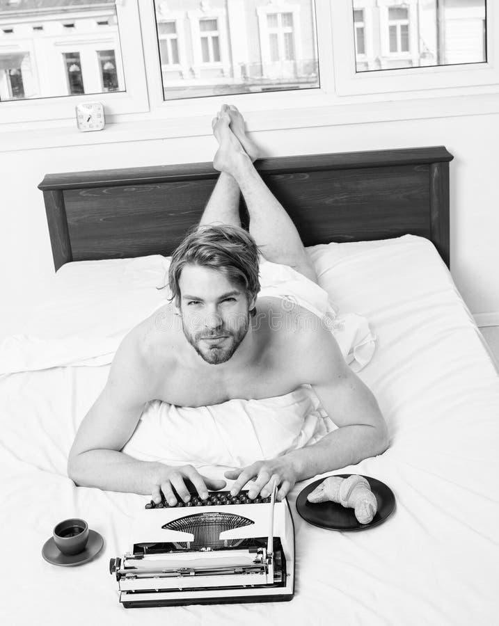 Profession agr?able Inspiration de matin Livre de fonctionnement de literie de lit de configuration d'auteur d'homme L'auteur rom photo stock