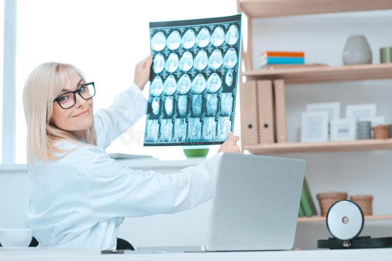 Profession de docteur de jeune femme dans le bureau d'hôpital image stock