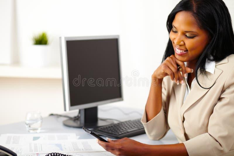 professional användande kvinna för mobil telefon arkivfoto
