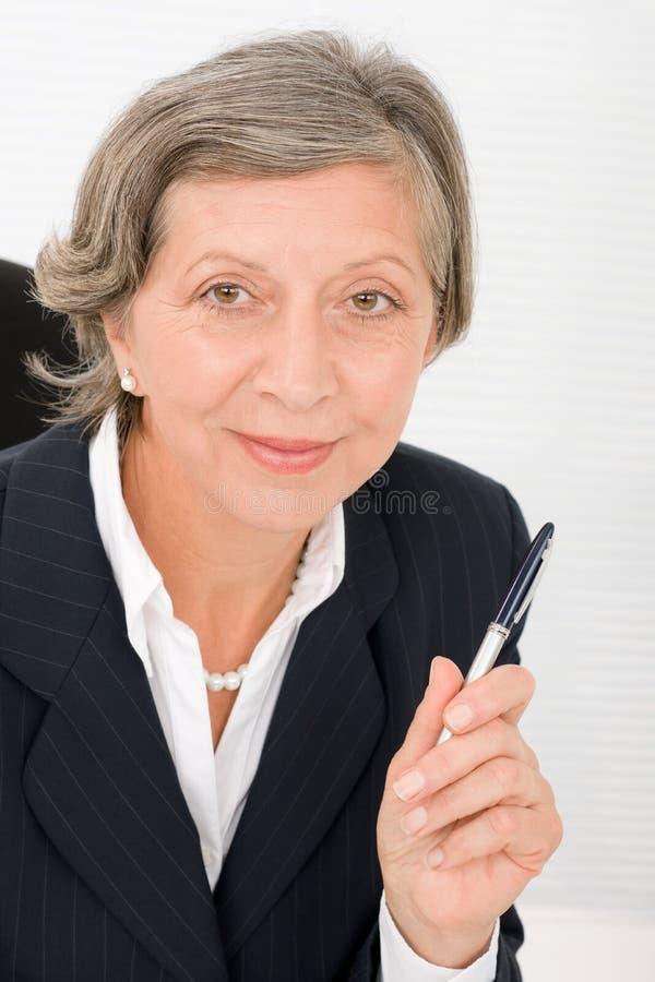 Professional hållpenna för hög affärskvinna fotografering för bildbyråer