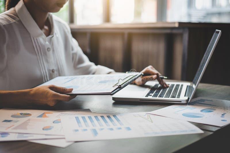 Professionale a lavoro, a funzionamento della donna di affari e ad analisi sul computer portatile con il grafico finanziario di d fotografia stock