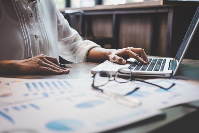 Professionale a lavoro, a funzionamento della donna di affari e ad analisi sul computer portatile con il grafico finanziario di d immagine stock libera da diritti