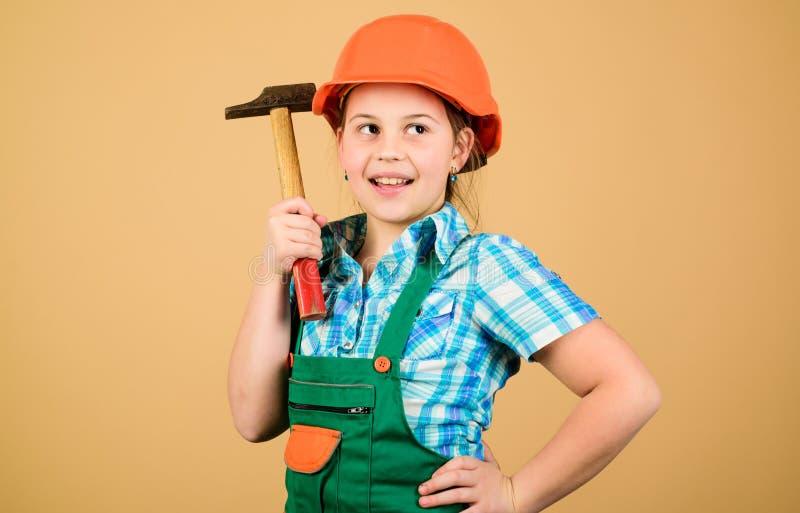 Professione futura Sviluppo di puericultura Architetto dell'ingegnere del costruttore Lavoratore del bambino in casco Strumenti p immagine stock