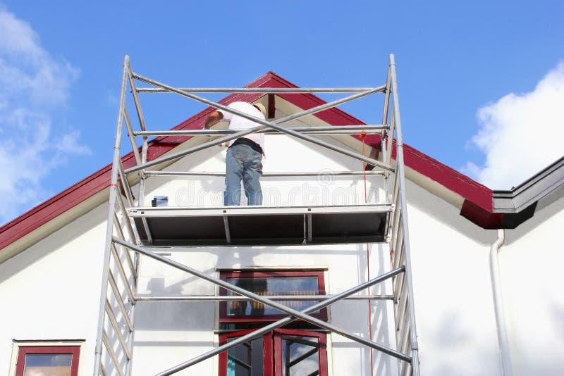 Professioneel arbeider het schilderen vernieuwings oud huis, Nederland royalty-vrije stock afbeeldingen