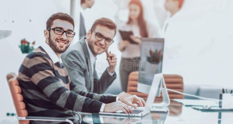 Professioneel commercieel team die aan een presentatie van een nieuwe advertentie werken stock foto