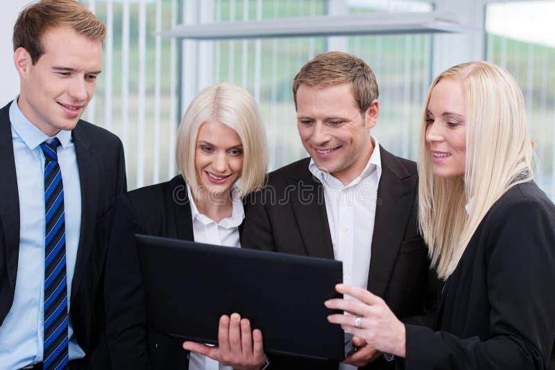 Professioneel commercieel team die laptop met behulp van royalty-vrije stock afbeelding