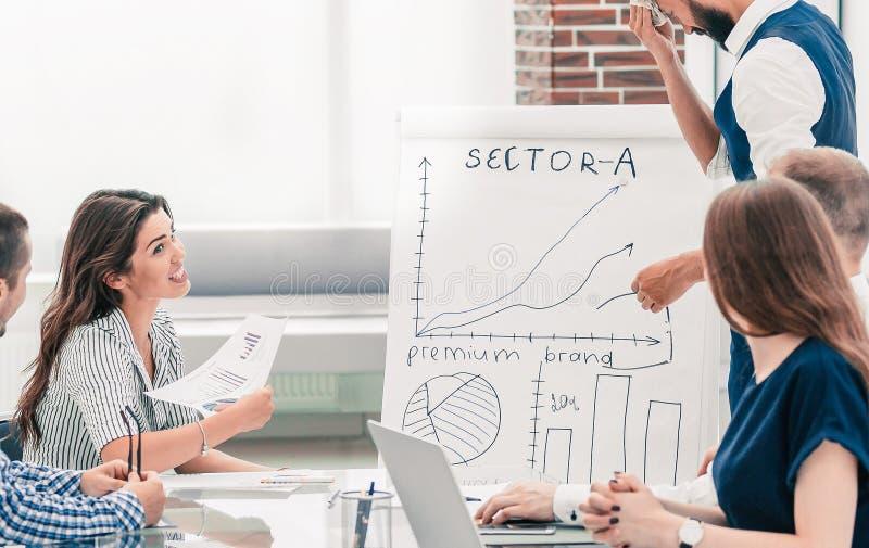 Professioneel commercieel team die marketing regelingen bespreken op de werkende vergadering stock foto