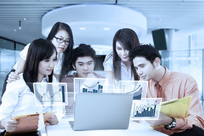 Professioneel commercieel team en virtuele grafiek stock afbeeldingen