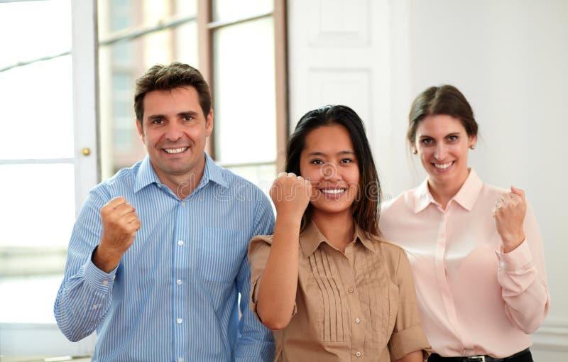 Professioneel commercieel team met overwinningsteken royalty-vrije stock foto