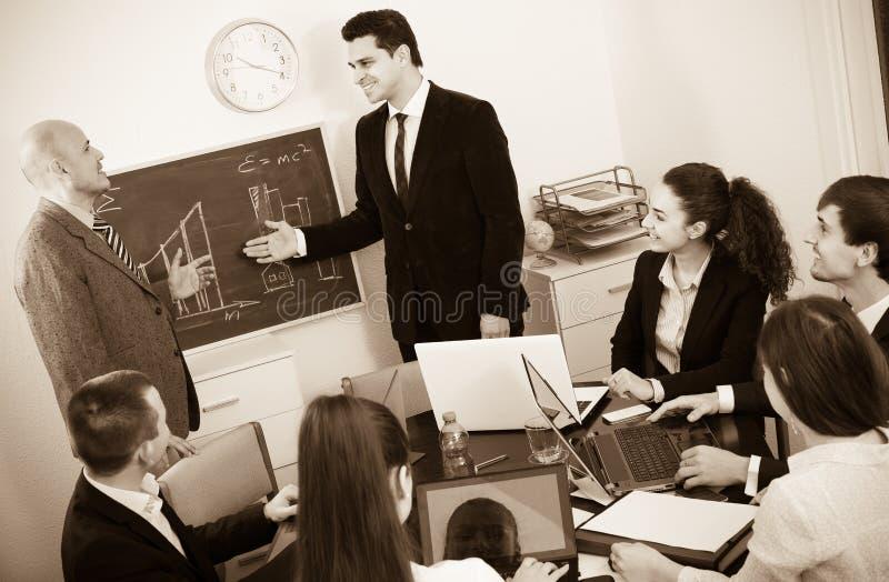 Professioneel commercieel team op vergadering royalty-vrije stock afbeeldingen