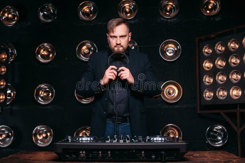 Professioneel DJ bij de muziekpartij van het console klaar begin royalty-vrije stock fotografie