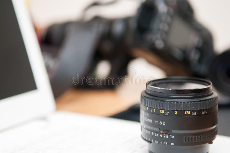 Professioneel fotografie het uitgeven materiaal met camera en lapto stock foto's