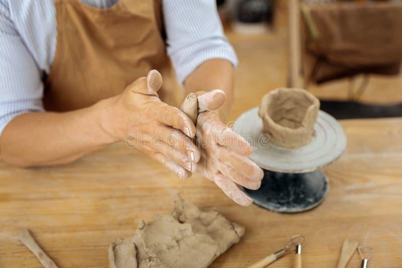 Professioneel handicraftsman gebruikend aardewerkwiel tijdens het werk royalty-vrije stock foto's