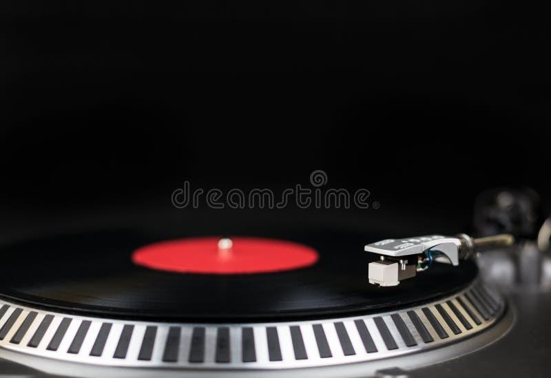 Professioneel het close-upschot van de partij djs draaischijf Analoog stadium audiomateriaal voor overleg in nachtclub De muziek  stock afbeeldingen
