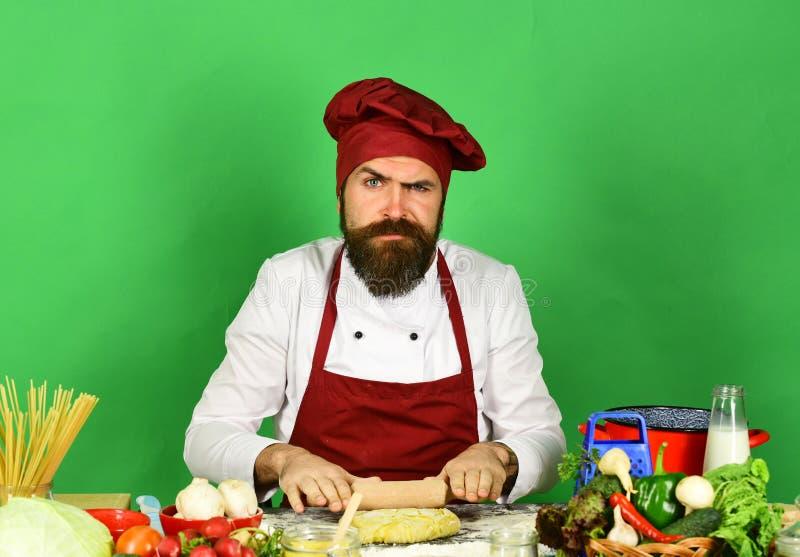 Professioneel keukenconcept Chef-kok met deegwaren, groenten en deeg stock afbeeldingen