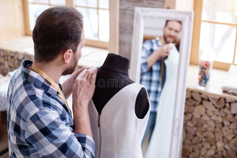 Professioneel mannelijk meer couturier het perfectioneren ontwerp stock foto