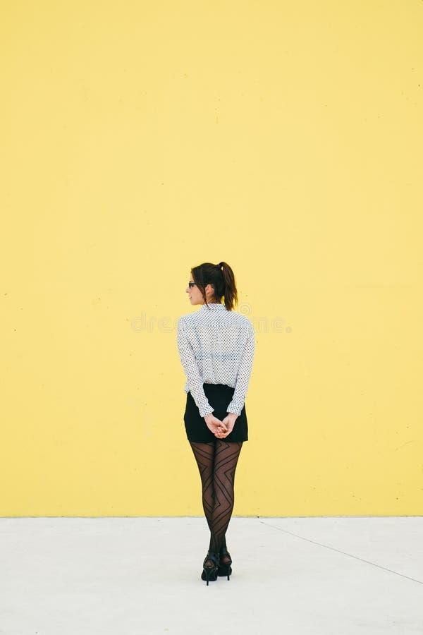 Professioneel modern bedrijfsvrouwenwachten stock foto