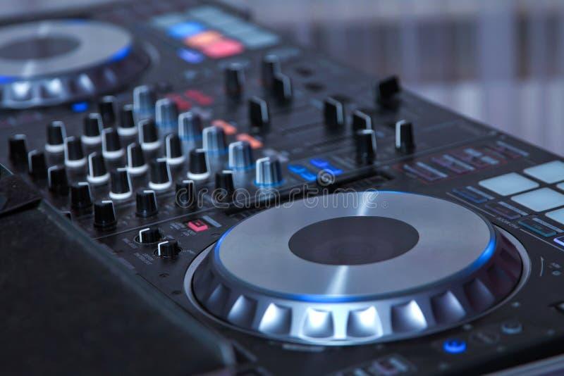 Professioneel muziekmateriaal het spelen en controlemuziek in nachtclub met handen DJ DJ mengt het spoor in de nachtclub bij pari stock afbeelding