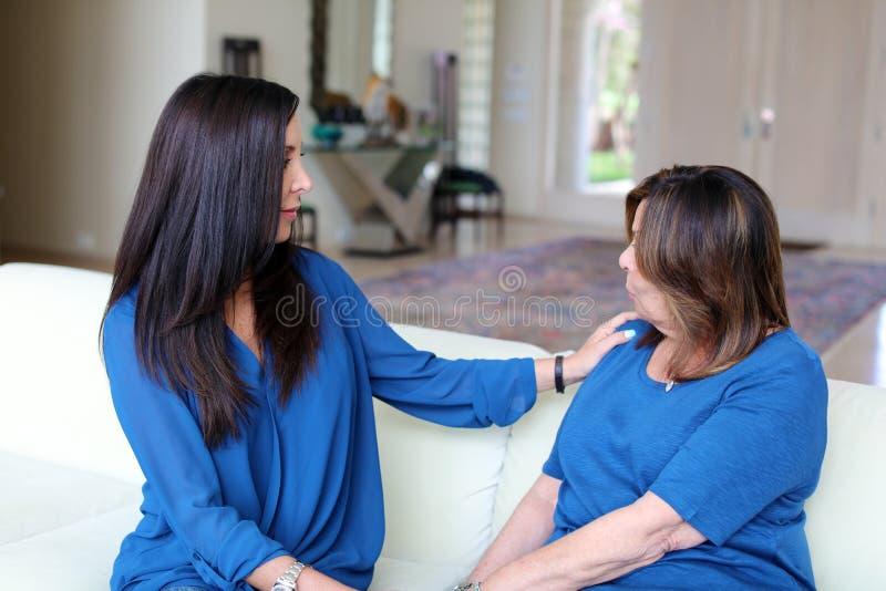 Professioneel psycholoog vrouwelijk artsen donker haar met patiënt Moeder en dochter die een positieve tijd delen stock fotografie