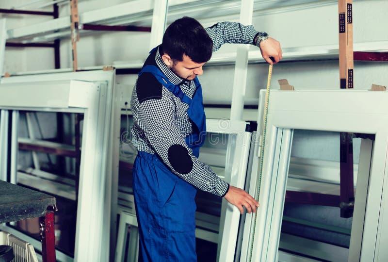 Professionele arbeid met gebeëindigde pvc-profielen en vensters bij FA royalty-vrije stock afbeelding