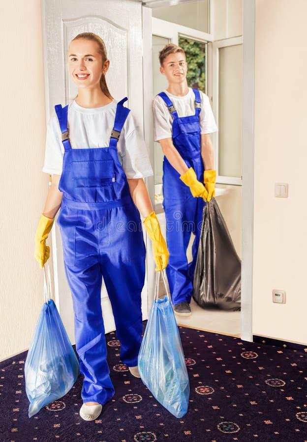Professionele arbeiders na het schoonmaken van het huis royalty-vrije stock fotografie