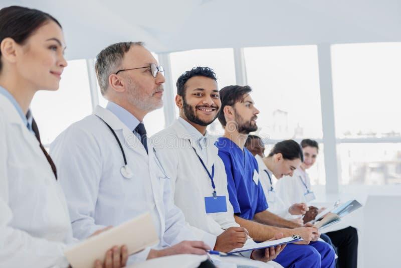 Professionele artsen die nota's met rente maken stock foto