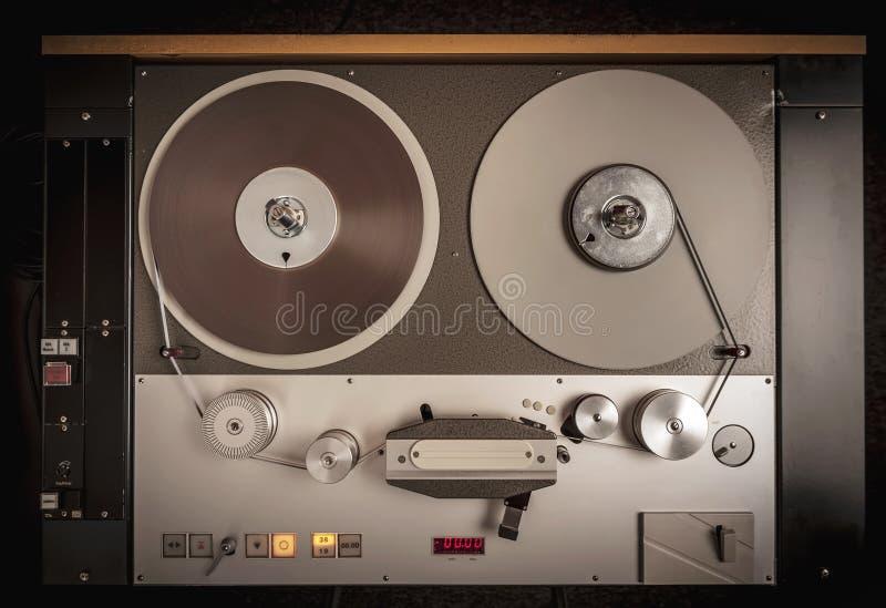 Professionele audiobandrecorder met spoel stock afbeeldingen