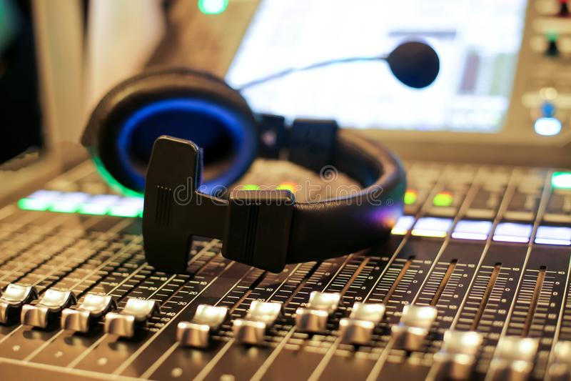 Professionele audiomixer en Professionele Hoofdtelefoons in Reco royalty-vrije stock afbeelding