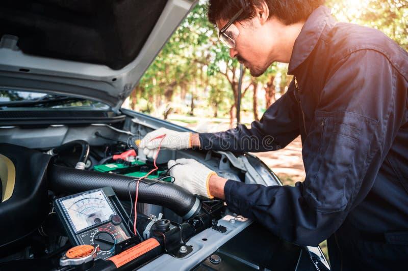 Professionele autowerktuigkundige die in de autoreparatiedienst werken royalty-vrije stock foto