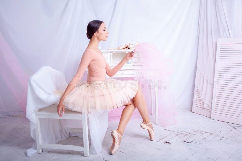 Professionele balletdanser die in de spiegel kijken stock afbeeldingen
