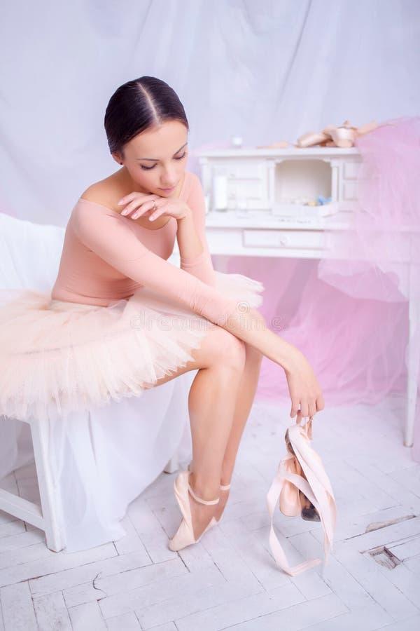 Professionele balletdanser die na de prestaties rusten stock foto's