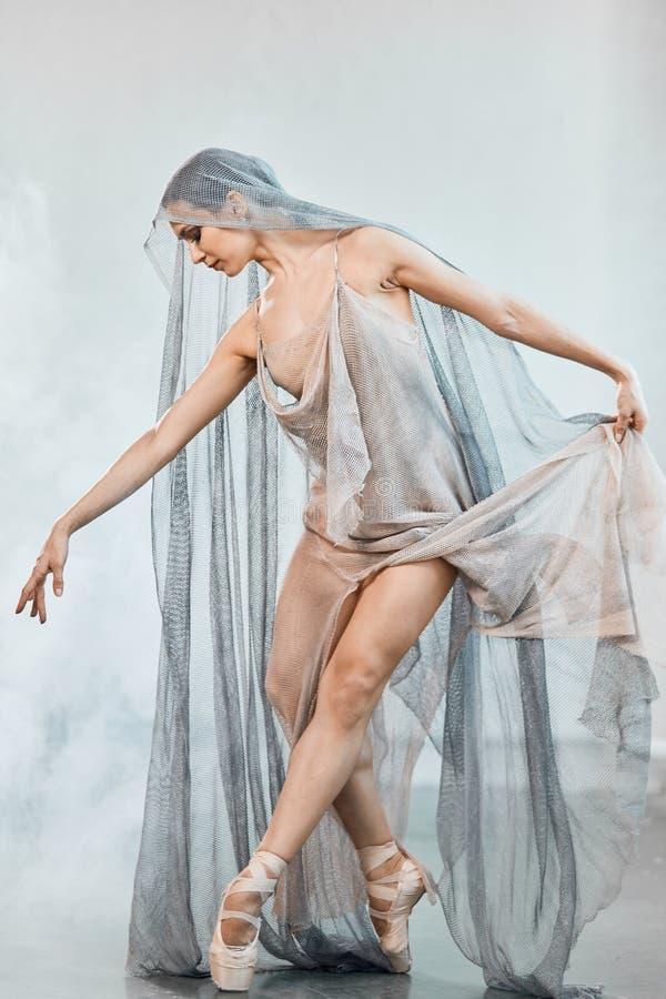 Professionele balletdanser die na de prestaties rusten Het concept van de kunst Wit masker met rode vlek van verf op zwarte achte royalty-vrije stock fotografie