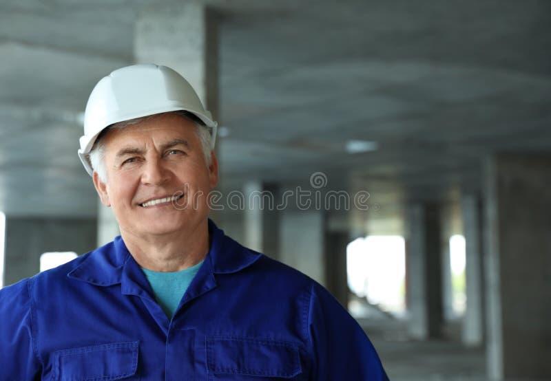 Professionele bouwer bij bouwwerf De apparatuur van de veiligheid royalty-vrije stock afbeeldingen