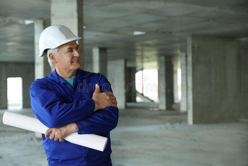 Professionele bouwer met het opstellen bij bouwwerf De apparatuur van de veiligheid royalty-vrije stock foto's