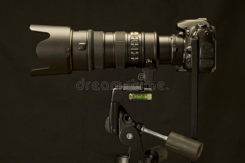 Professionele Camera en Zoomlens op Herziene Driepoot stock afbeeldingen