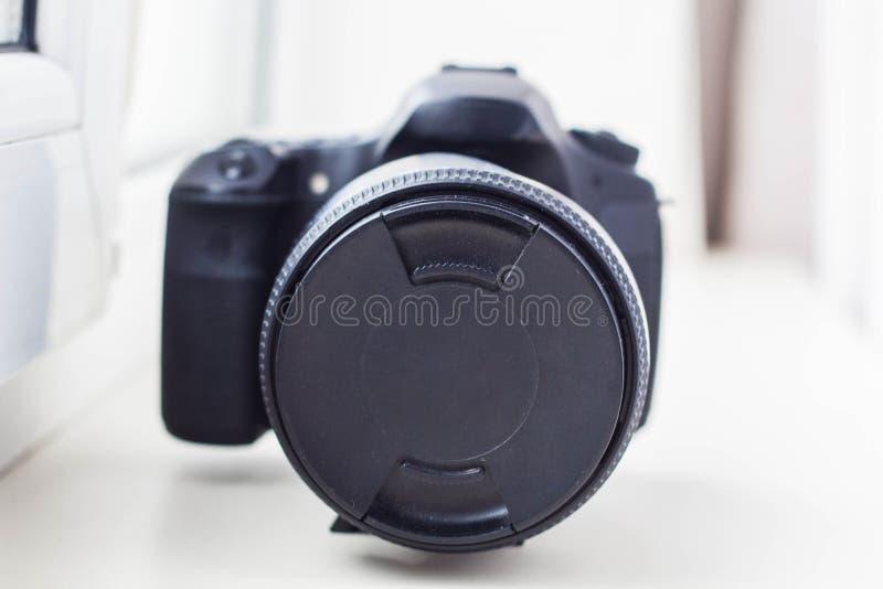 Professionele camera met lens dichte omhooggaand royalty-vrije stock afbeelding