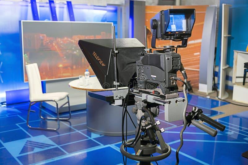 Professionele camera met televisiefsouffleur in de Studio vóór levend stock afbeeldingen