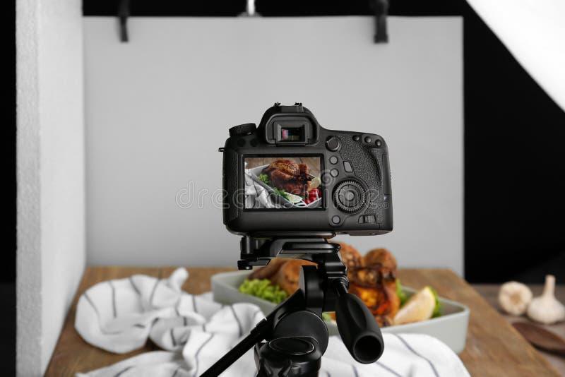 Professionele camera op driepoot tijdens voedsel het fotograferen stock foto's
