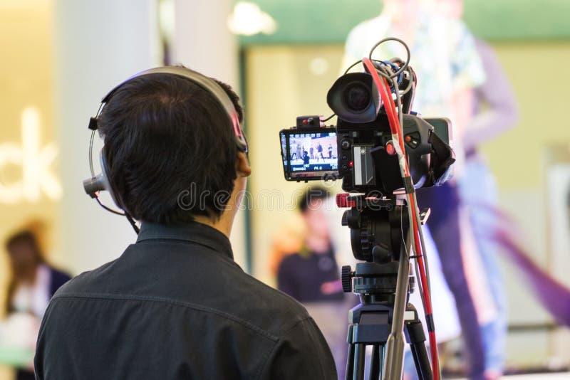 Professionele cameraman die - een gebeurtenis behandelen aan levend stock afbeeldingen