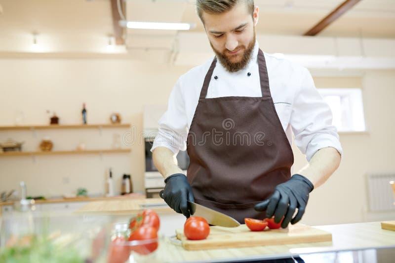 Professionele Chef-kok Cooking in Restaurant stock afbeelding