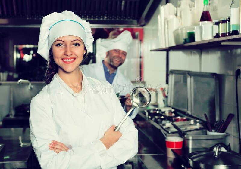Professionele chef-koks die bij meeneem werken stock afbeeldingen